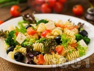 Рецепта Гръцка салата с макарони, чери домати, сирене, маслини и лимонов дресинг